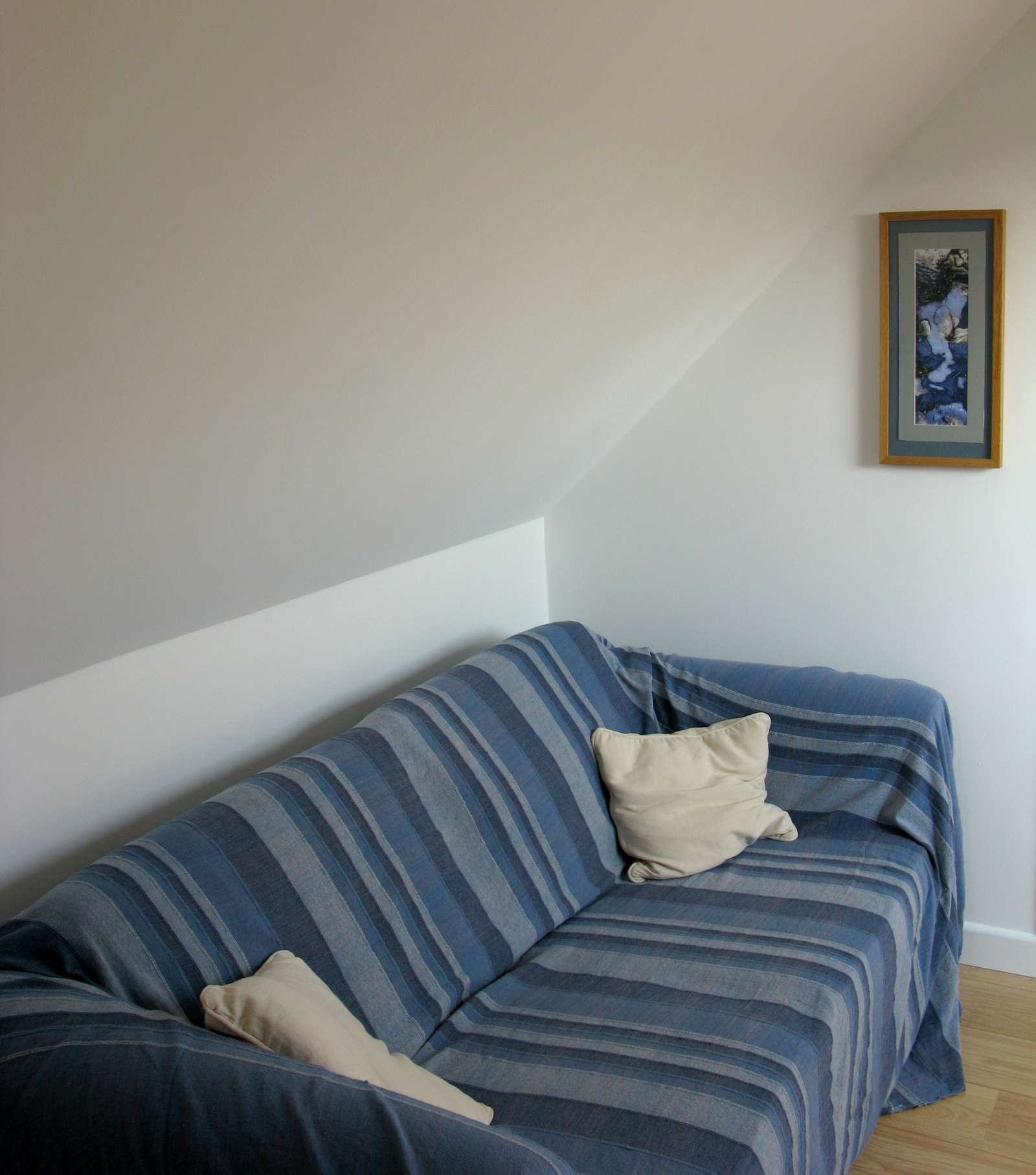 Holiday rental Cottage in Shorwell - The upstairs landing has an additional sofa for quiet contemplation.