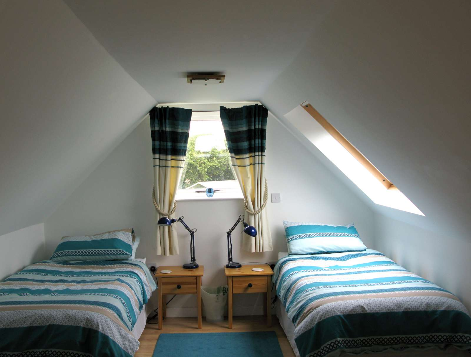 Holiday rental Cottage in Shorwell - The twin room has two single beds and a pull out futon. Bedside tables and chest of drawers.