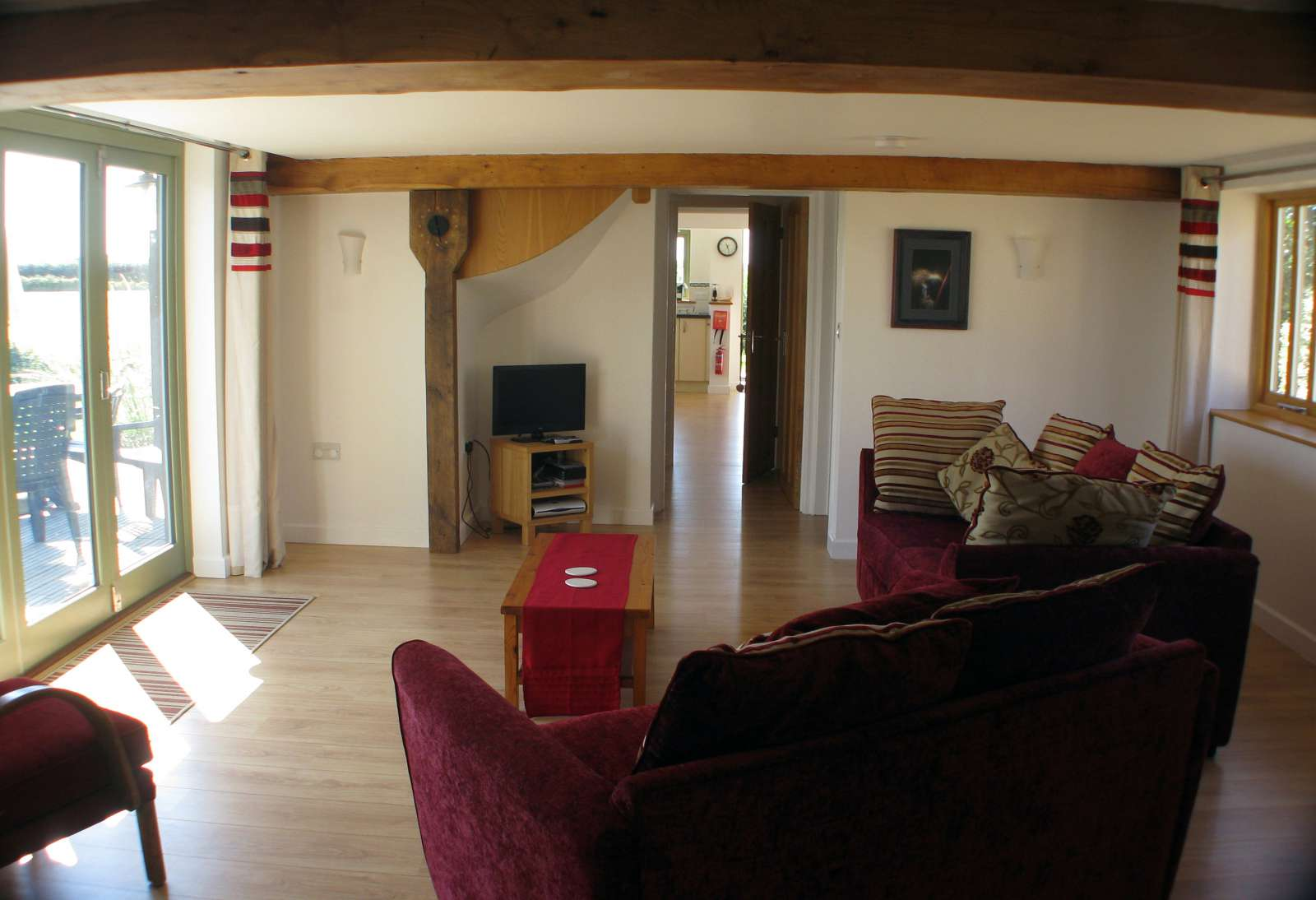 Holiday rental Cottage in Shorwell - The sitting room of The Little Barn is a large space to socialise in.