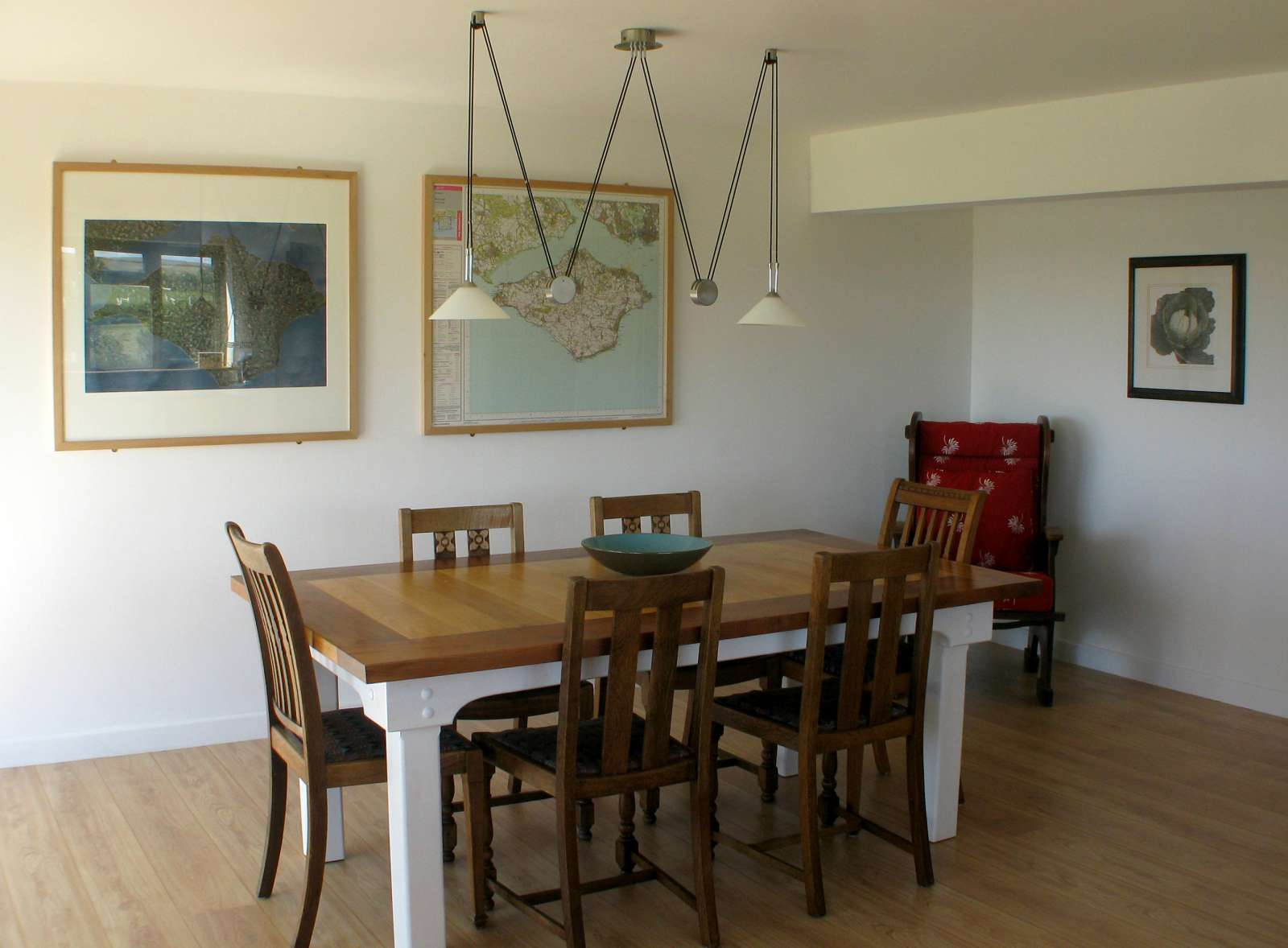 Holiday rental Cottage in Shorwell - The dining area of The Little Barn seats 6 and bi-fold doors opening out onto the deck and parking area.