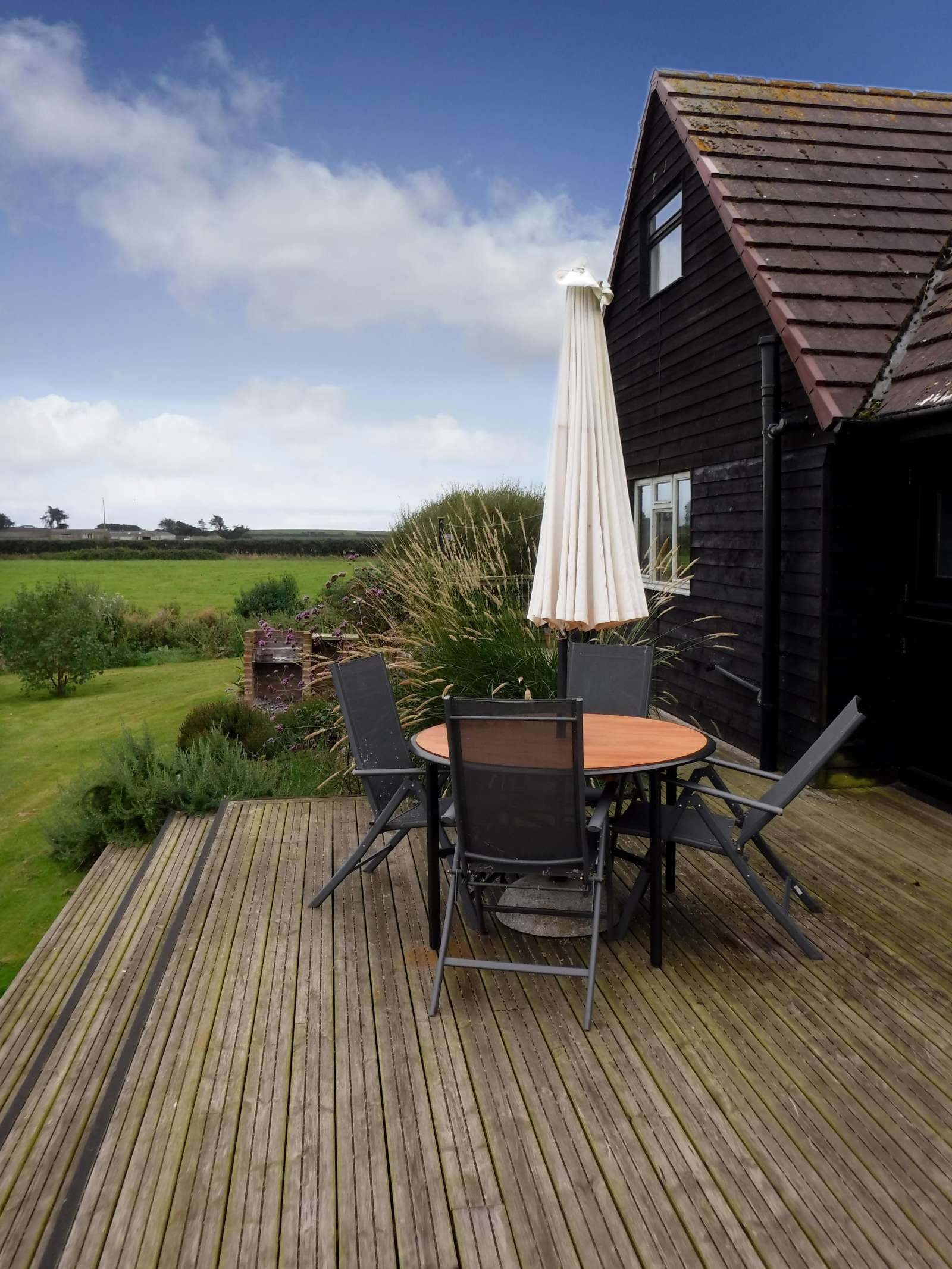 Holiday rental Cottage in Shorwell - The Little Barn is surrounded by farmland