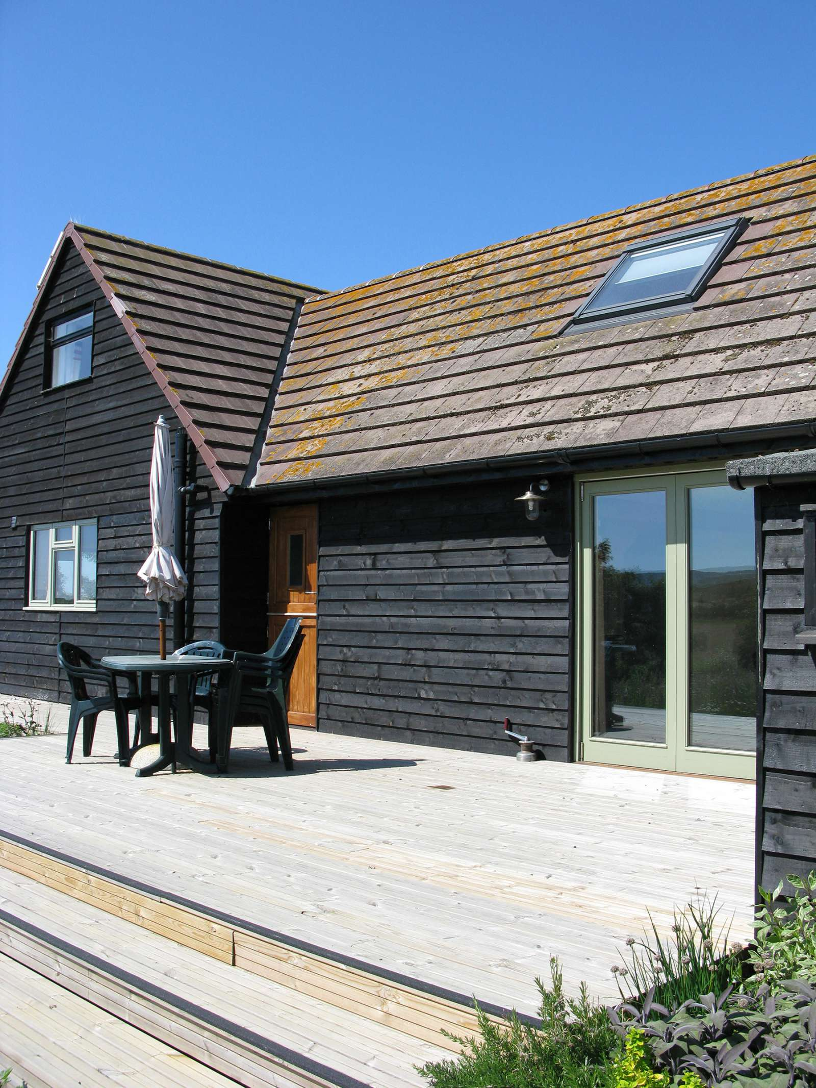 Holiday rental Cottage in Shorwell - The east deck of The Little Barn is a suntrap
